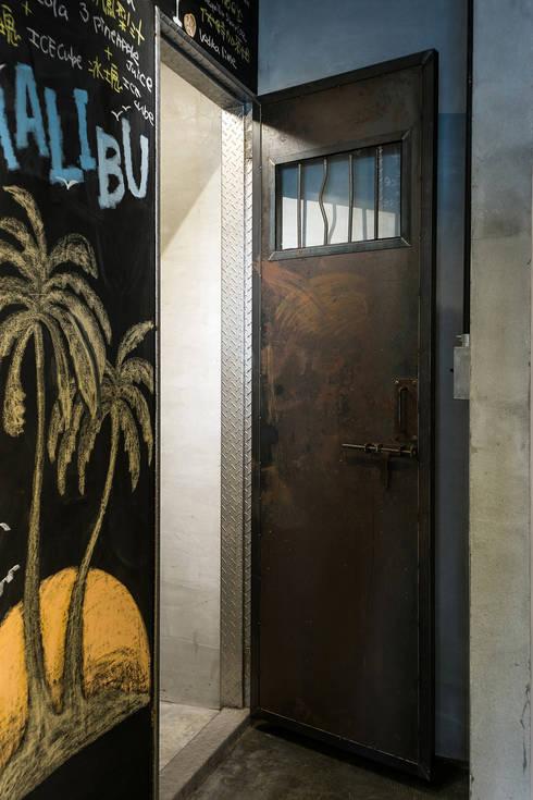 廁所:  書房/辦公室 by UNIQUE DESIGN優尼客空間設計