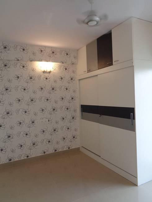 Wooden Wardrobe :  Bedroom by Scale Inch Pvt. Ltd.
