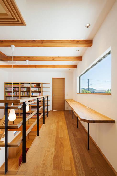 吹抜けに面した勉強机: 株式会社seki.designが手掛けた廊下 & 玄関です。