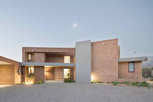 Casa Condominio Altos de Chicureo: Casas de estilo moderno por Grupo E Arquitectura y construcción