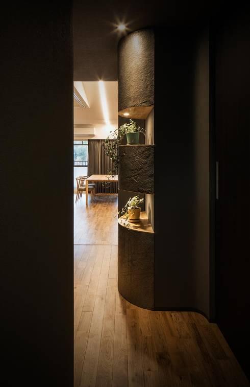 玄関からLDKをのぞむ: 株式会社seki.designが手掛けた廊下 & 玄関です。