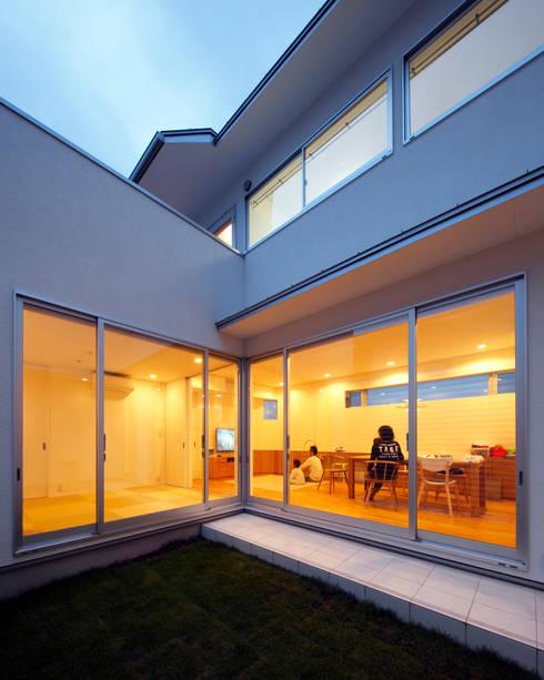 中庭 夕景: atelier mが手掛けた庭です。