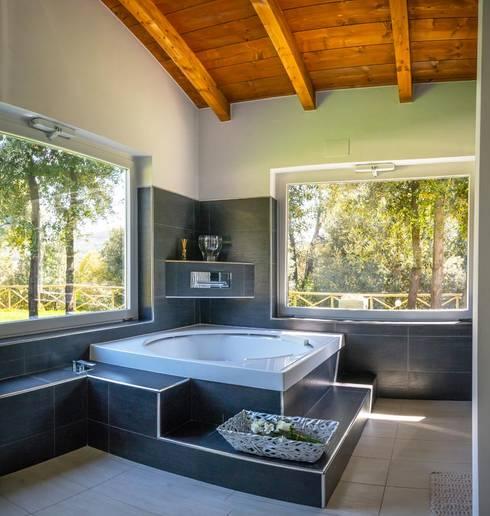 Baños de estilo moderno por Costantini Case in Legno
