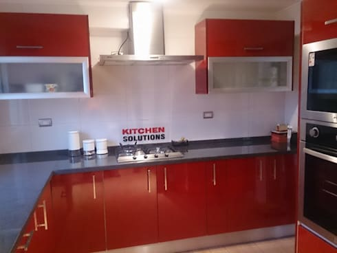 Cocina Brillo: Cocinas de estilo moderno por Kitchen Solutions