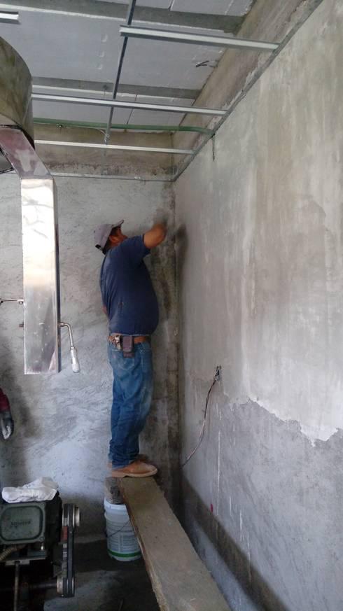 Repellado interior por medio de mortero y acabado fino por medio de yeso.: Comedores de estilo  por taller garcia arquitectura integral