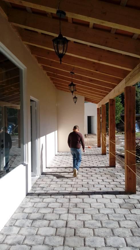 Pasillo de acceso a área de producción y cafeteria.: Casas de estilo  por taller garcia arquitectura integral