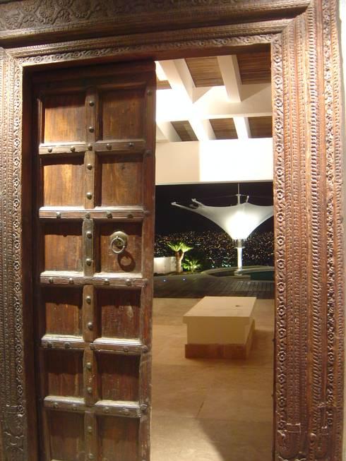ACCESO PRINCIPAL A VILLA: Casas de estilo ecléctico por LVC INTERIORISMO
