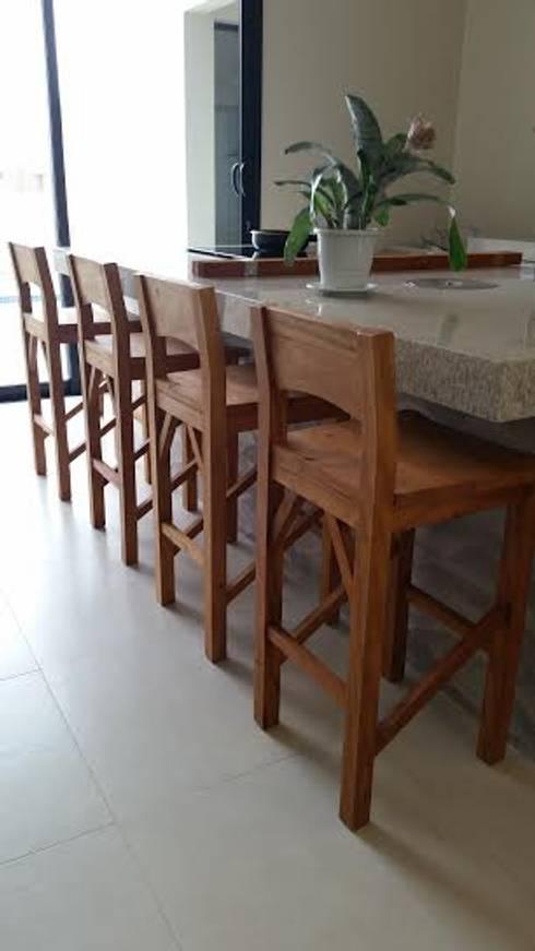 Cadeiras de Madeira: Varanda, alpendre e terraço  por Époka Móveis Eireli ME.