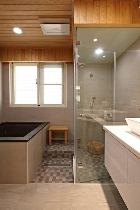 2F浴室:  浴室 by 映荷空間設計