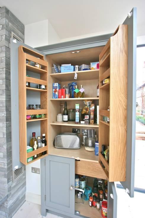Кухни в . Автор – Laura Gompertz Interiors Ltd