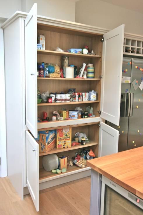 Richmond Kitchen: classic Kitchen by Laura Gompertz Interiors Ltd