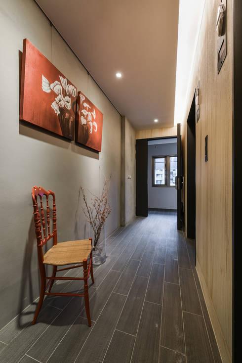 Corridor & hallway by 參與室內設計有限公司