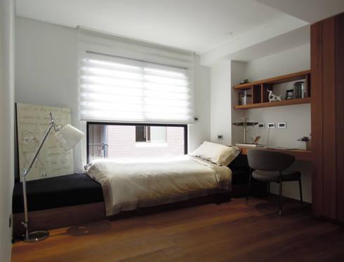 Light 加減0的生活美學:  臥室 by 構築設計