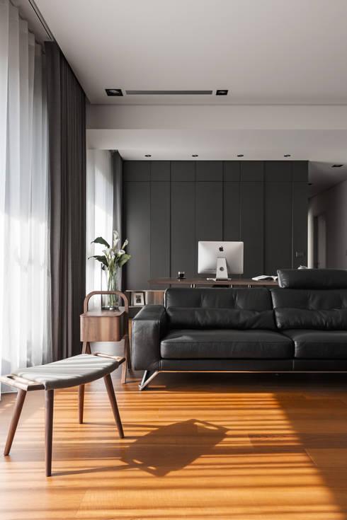 落地窗的一角:  客廳 by 一水一木設計工作室
