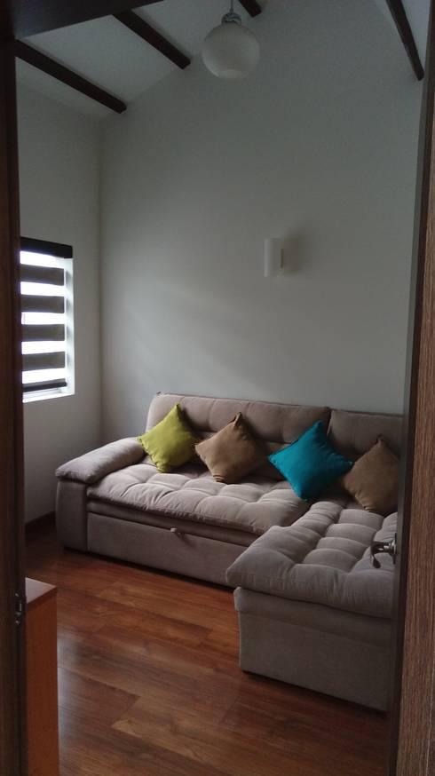 Simple y hermosa: Salas de estilo  por Erick Becerra Arquitecto