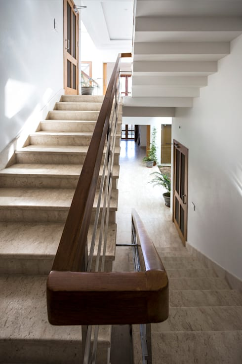 Italian Stone in Staircase:  Corridor & hallway by Manuj Agarwal Architects