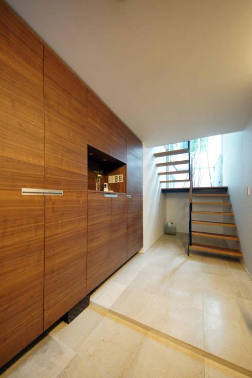 Projekty,  Korytarz, przedpokój zaprojektowane przez TERAJIMA ARCHITECTS