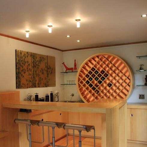 Japanese Bar: modern Living room by Ininside