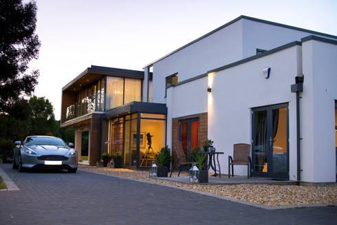 Entrance modern houses by dwell design