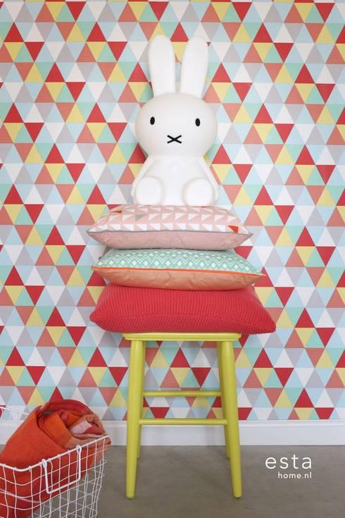 vliesbehang driehoekjes rood, geel en blauw:  Muren & vloeren door ESTAhome.nl