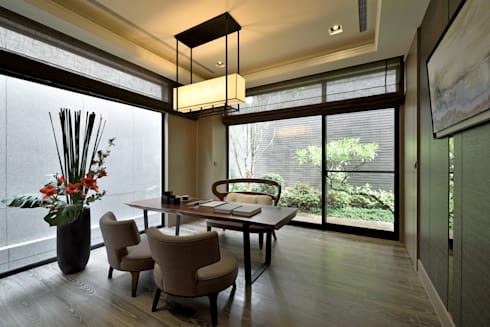 A cozy villa that enables you to escape life's hustle!:  客廳 by POSAMO十邑設計