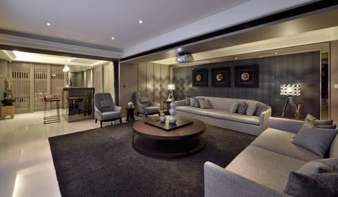 A cozy villa that enables you to escape life's hustle!:  影音室 by POSAMO十邑設計