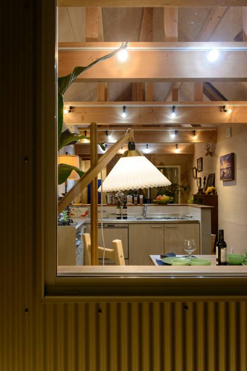 またあしたニャーの家: 風景のある家.LLCが手掛けたキッチンです。