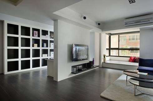 黑與白:  客廳 by 倍果設計有限公司