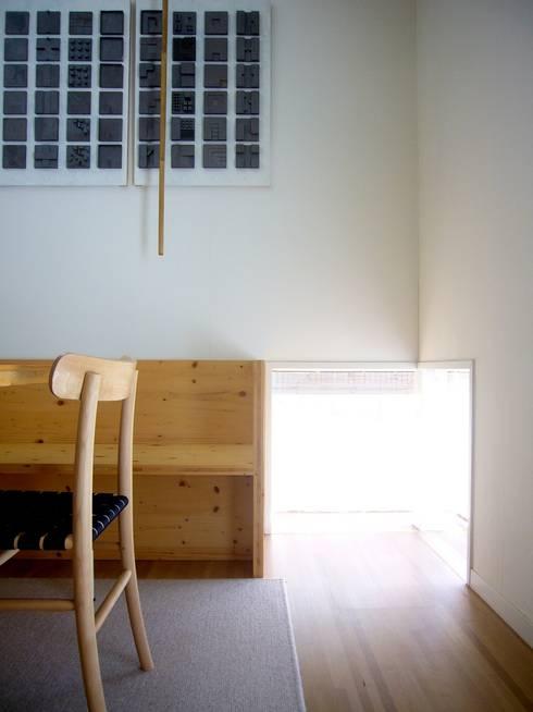 地窓: 小形徹*小形祐美子 プラス プロスペクトコッテージ 一級建築士事務所が手掛けたリビングです。