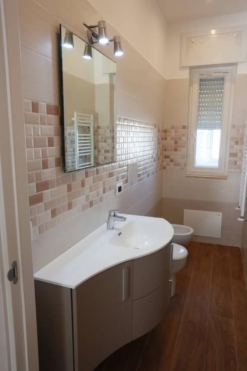Baños de estilo  por progettAREA interni & design