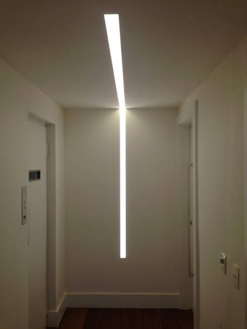 Hall de entrada: Corredores e halls de entrada  por daniela kuhn arquitetura