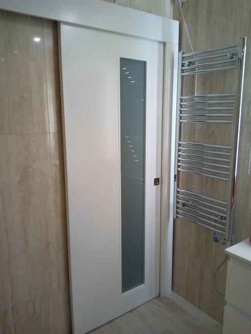 Porta de correr!: Casas de banho  por Obr&Lar - Remodelação de Interiores