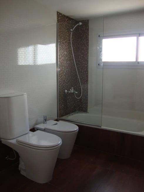 REMODELACION INTEGRAL DEPARTAMENTO TRIPLEX EN BELGRANO: Baños de estilo moderno por Arquitecta MORIELLO