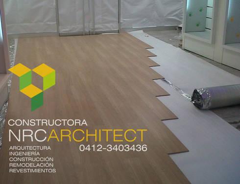 Suministro e Instalación de Pisos Flotantes:  de estilo  por Constructora NRC ARCHITECT C.A.