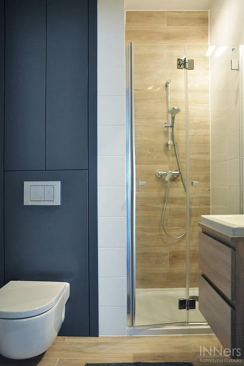 Baños de estilo  por INNers - architektura wnętrza