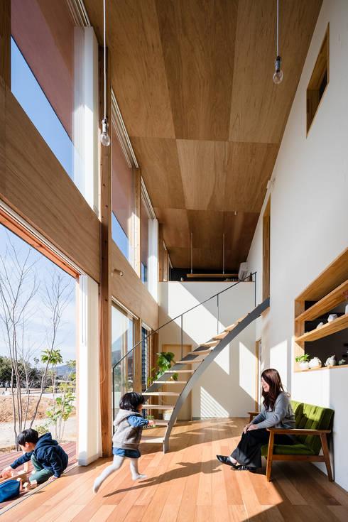 Livings de estilo moderno por 建築設計事務所SAI工房