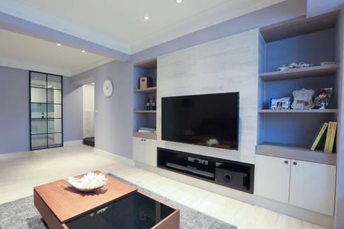 向美式經典致敬--二十年老屋新個性:  客廳 by 微自然室內裝修設計有限公司