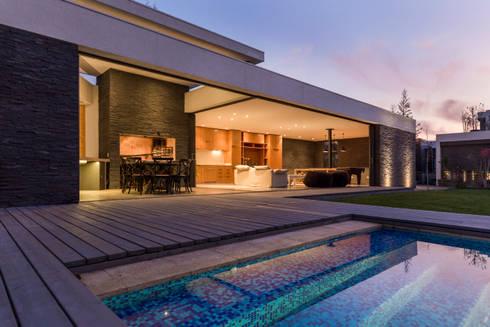 Quincho La Dehesa: Terrazas  de estilo  por Nicolas Loi + Arquitectos Asociados