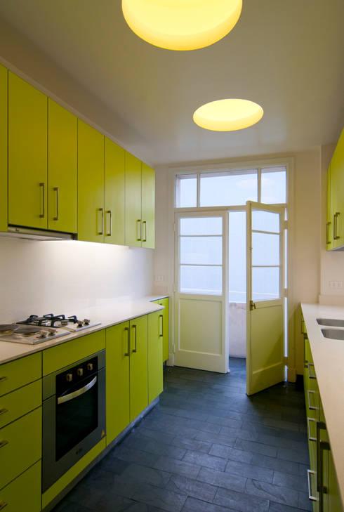 Remodelación Departamento Parque Forestal: Cocinas equipadas de estilo  por Nicolas Loi + Arquitectos Asociados