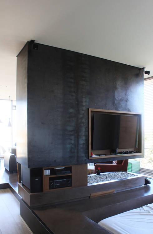 Remodelación Apartamento Echeverry: Salas multimedia de estilo industrial por Contrafuerte Arquitectura