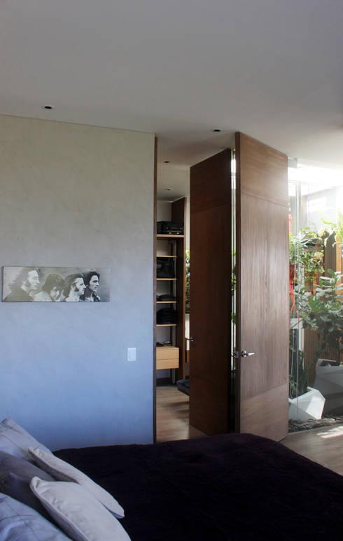 Remodelación Apartamento Echeverry: Habitaciones de estilo moderno por Contrafuerte Arquitectura