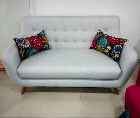 sofa escandinavo: Hogar de estilo  por AMOBLARTE MUEBLES Y DISEÑO INTERIOR