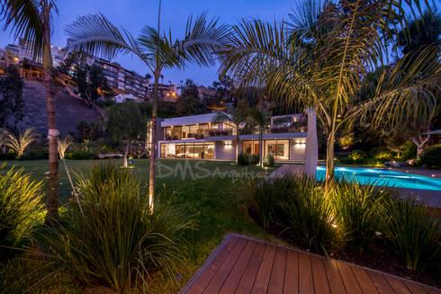 FACHADA FRONTAL: Casas de estilo moderno por DMS Arquitectas