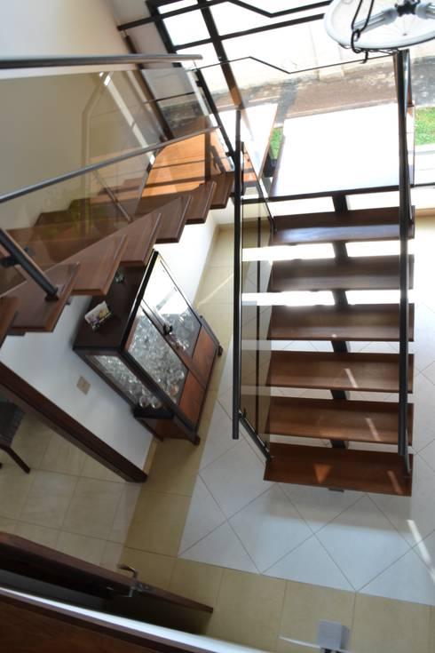 Corridor, hallway by Flávia Kloss Arquitetura de Interiores