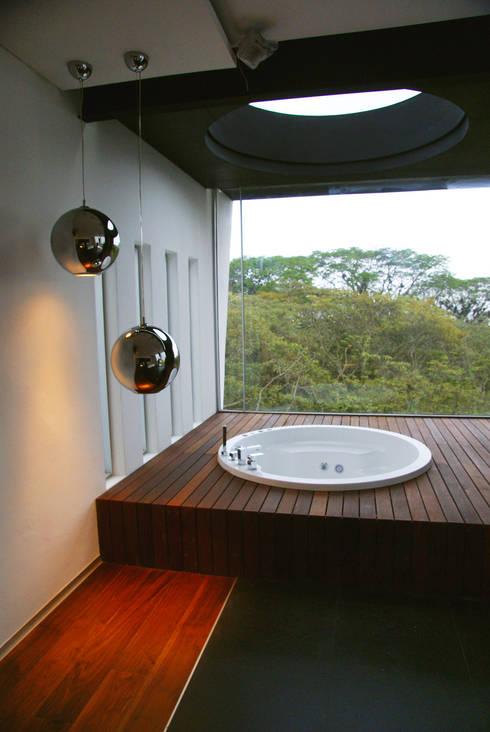 Casa la Reserva: Casas de estilo moderno por BCA taller de diseño