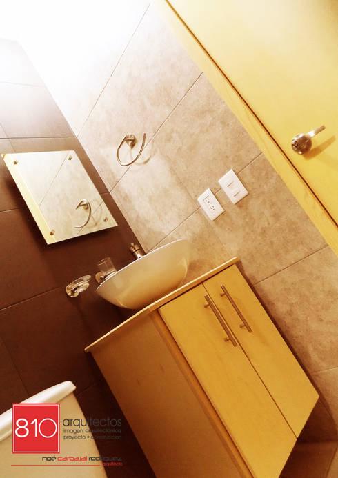 Baños de estilo moderno por 810 Arquitectos