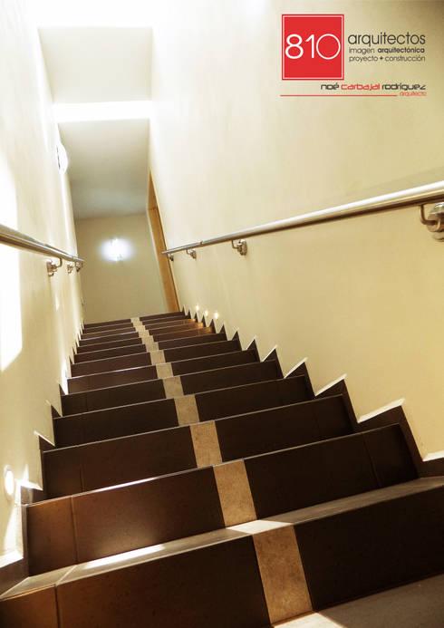 Pasillos y vestíbulos de estilo  por 810 Arquitectos