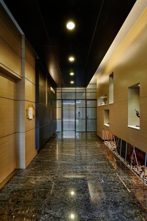 入口大廳:  走廊 & 玄關 by CCL Architects & Planners林祺錦建築師事務所