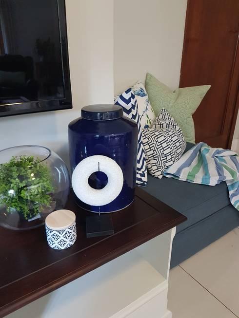 Blue & Green TV Room: modern Living room by Sophistique Interiors