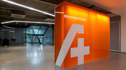 Iluminación Oficinas ACCION PLUS - Cali: Pasillos y vestíbulos de estilo  por Espacio y luz S.A.S.